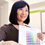 しなやかこころ美人カラーチャートを使って色の説明をしている。こころ美人セッション